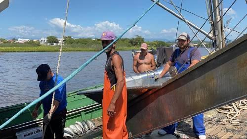 Alunas de Enfermagem da Unesc levam cuidados em saúde a pescadores de Passo de Torres