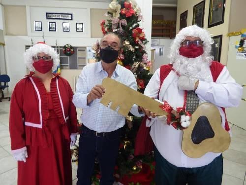 Prefeito Mineiro entrega a chave da cidade ao casal Noel