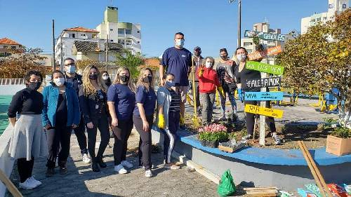 Voluntários Amigos do Arroio adotam a Praça da Terceira Idade